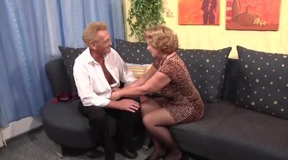 Смотреть онлайн ебет старую проститутку