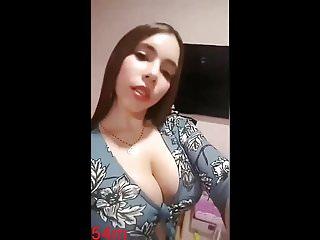 Linda muchacha mostrando su cuerpo