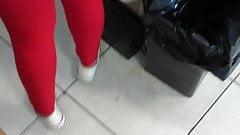 culito en legging rojo