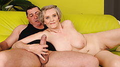 Старая мама с седыми волосами скачет на молодом хуе
