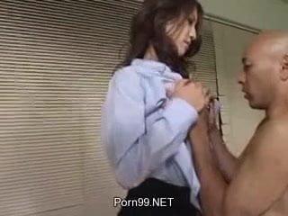 姫川りな ミニスカートのOLがオフィスで中出しを強要して彼氏の男家族に中出しされてしまう