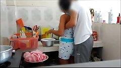 a la prima en la cocina