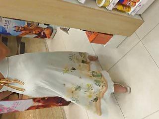 Gostosa de vestido transparente mostrando a calcinha