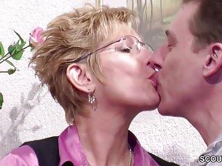 Download video bokep Stief-Mutter und Tante schenken ihm seinen ersten Fick Mp4 terbaru