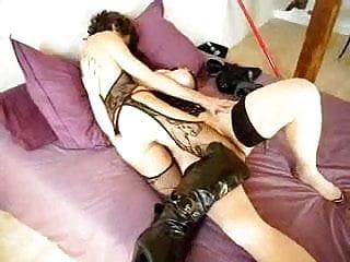deux femmes jouent ensemble