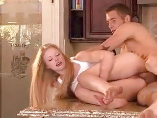Razz- lei arrapata si scopa il fidanzato in cucina
