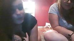 2 nenas en la webcam