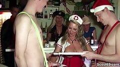 Mutti fickt mit zwei Jungspunden auf Karneval Party