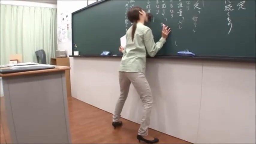 こんなエロくておばかな授業いいですねww【フェラ】授業中女教師の前の黒板からいきなりチンコ出現