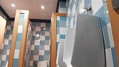 Espiando en baño publico