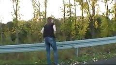 Amateur roadside piss.flv