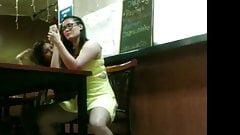 una linda chica en el restaurant