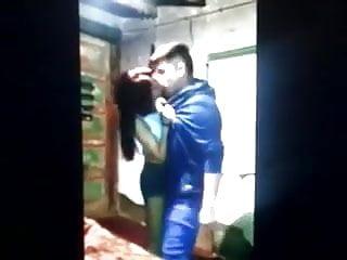 Il se frotte contre le cul de cette petite salope en short
