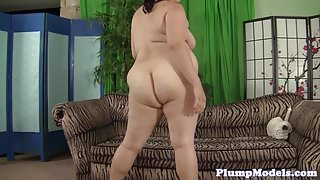 BBW enjoys solo masturbation in highheels