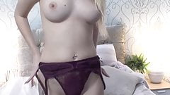 Very Sexy Hottie Rubs Her Pussy On Cam