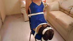 Koryy atada a una silla