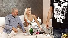 Daddy4k. блондинка с куколдой на лице Ria Sun пробует старый хуй