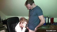 Notgeile MILF Chefin fickt den jungen Praktikanten im Buero