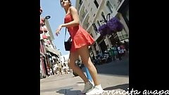 Jovencita sabrosa de vestido rojo en la calle