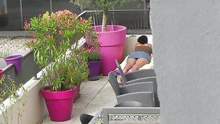 La voisine profite de la terrasse