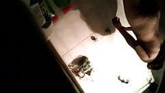 Милфа с маленькими сиськами принимает душ перед скрытой камерой, клип