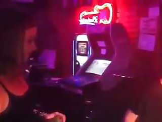 2 amiguitas jugando en el bar