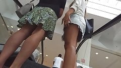 Upshirt na mamae e filhinha na escada rolante
