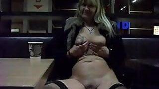 Regina halver nackt