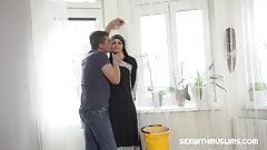 Heiße muslimische Frau, die zusätzliche Reinigung macht
