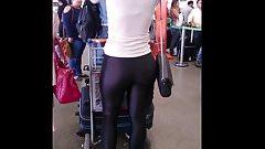 Loira da bunda delicosa numa calca preta colada!