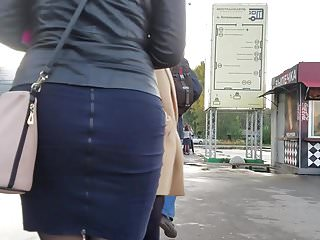 Fatty girl's ass go to the bus