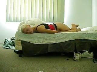 Junge Hausfrau mit ungewoehnlicher Wichstechnik!