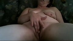 masturbating her mature pusssy