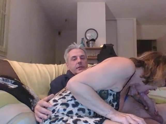 Rondborstige blond ontvangt crème van ouder echtgenoot.