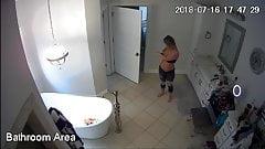 Cámara oculta. hermosa chica en la ducha, espiando a sus 2