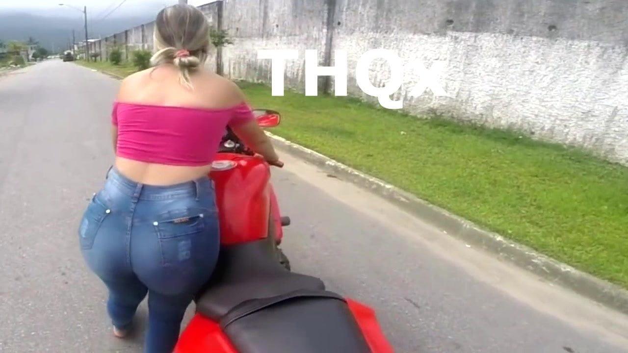 Gostosa com bunda gigante em jeans