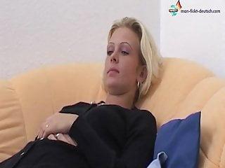 Viviane Schmitt treibt es wild auf dem Sofa