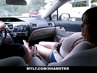 Enseñando a manejar al hijastro le muestra como no perder concentración