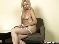 American milf Payton Leigh finger fucks her mature pussy