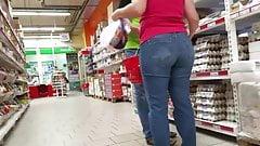 Booty ass MILF in supermarket