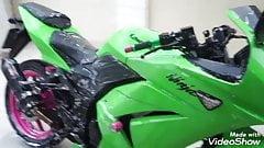 Esposa rabuda lavando moto