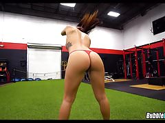 Big booty white girl in the gym Thumbnail