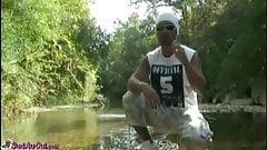Baise au bord d'une riviere