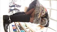 upskirt sous la jupe en collant mature blonde