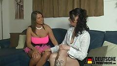 Zwei Lesben mit dem Dildo