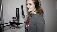 Olga Kalicka i jej seksowne usta podczas spiewania 2's Thumb