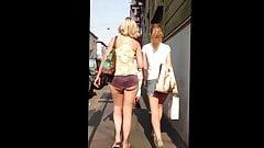 Europea Descarada con shorts muy cortos