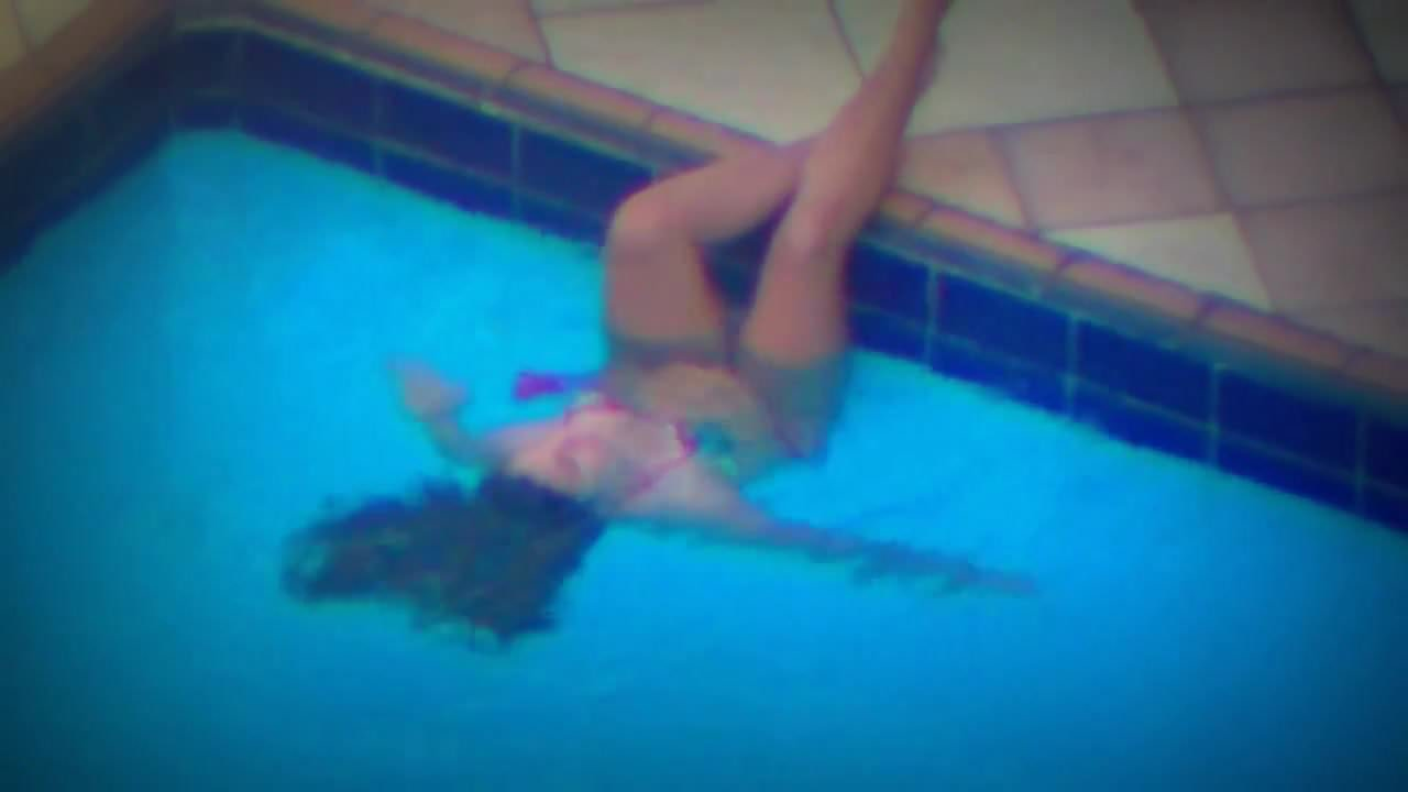 Amateur teen taped masturbating in the swimming pool