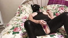 Regine je gode en tenue vinyle et masque de chien