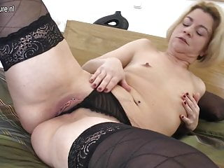 Amateur mom fucks her ass and pussy with fingers